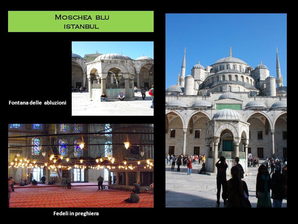 Moschea blu istanbul Fontana delle abluzioni Fedeli in preghiera