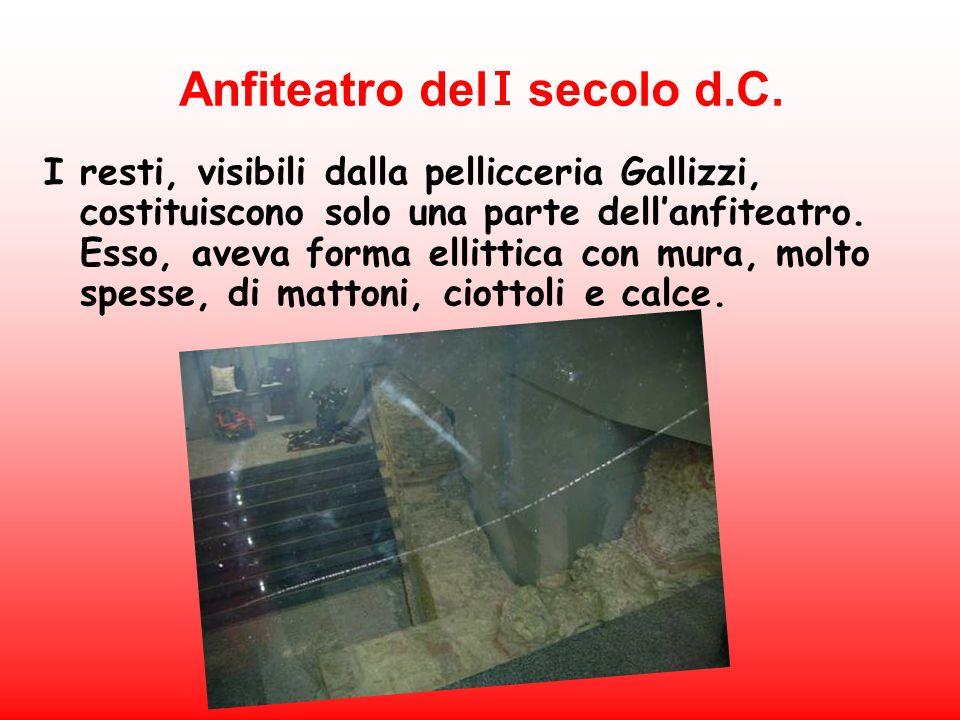 Anfiteatro del secolo d.C. I resti, visibili dalla pellicceria Gallizzi, costituiscono solo una parte dellanfiteatro. Esso, aveva forma ellittica con