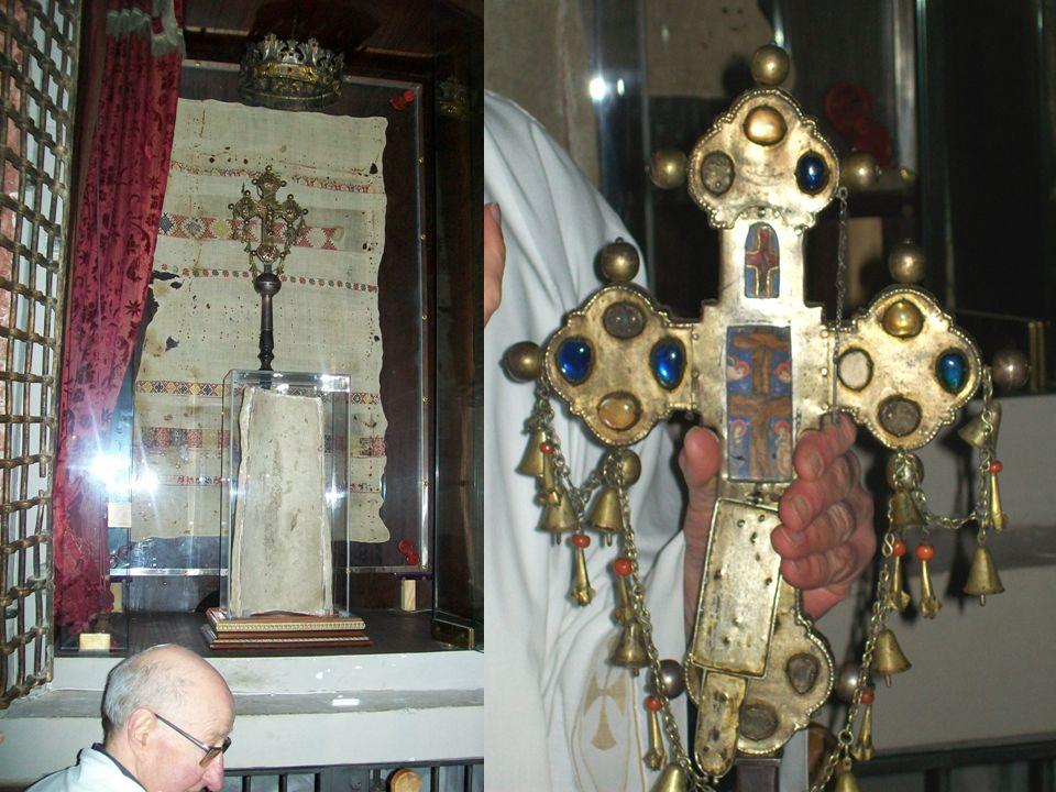 L'altare principale, in marmo, è opera dello scultore Aldo Sergiacomi. In alto, in fondo all'abside, si trova la cappella contenente i resti del Mirac
