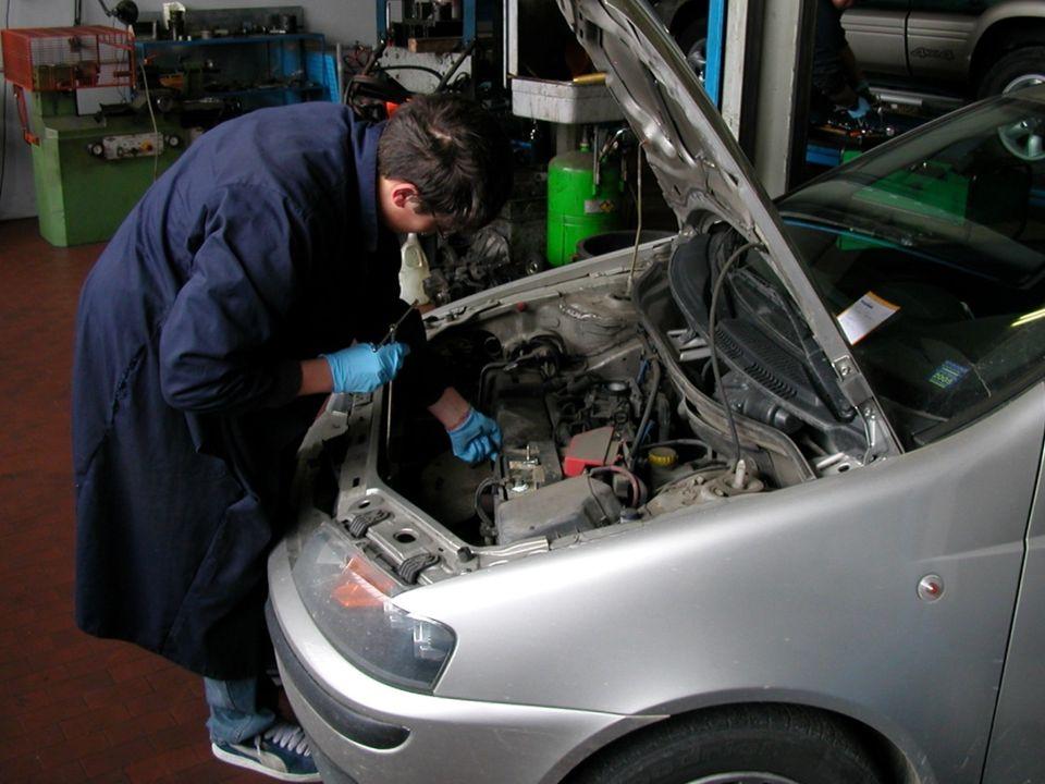 Operatore alla riparazione dei veicoli a motore