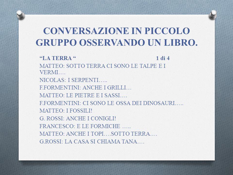 CONVERSAZIONE IN PICCOLO GRUPPO OSSERVANDO UN LIBRO.