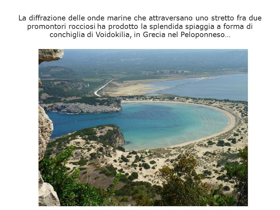 La diffrazione delle onde marine che attraversano uno stretto fra due promontori rocciosi ha prodotto la splendida spiaggia a forma di conchiglia di V