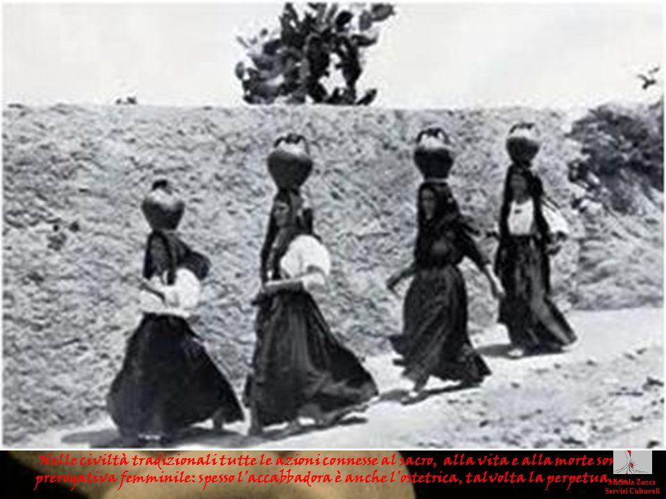 Nelle civiltà tradizionali tutte le azioni connesse al sacro, alla vita e alla morte sono prerogativa femminile: spesso laccabbadora è anche lostetric