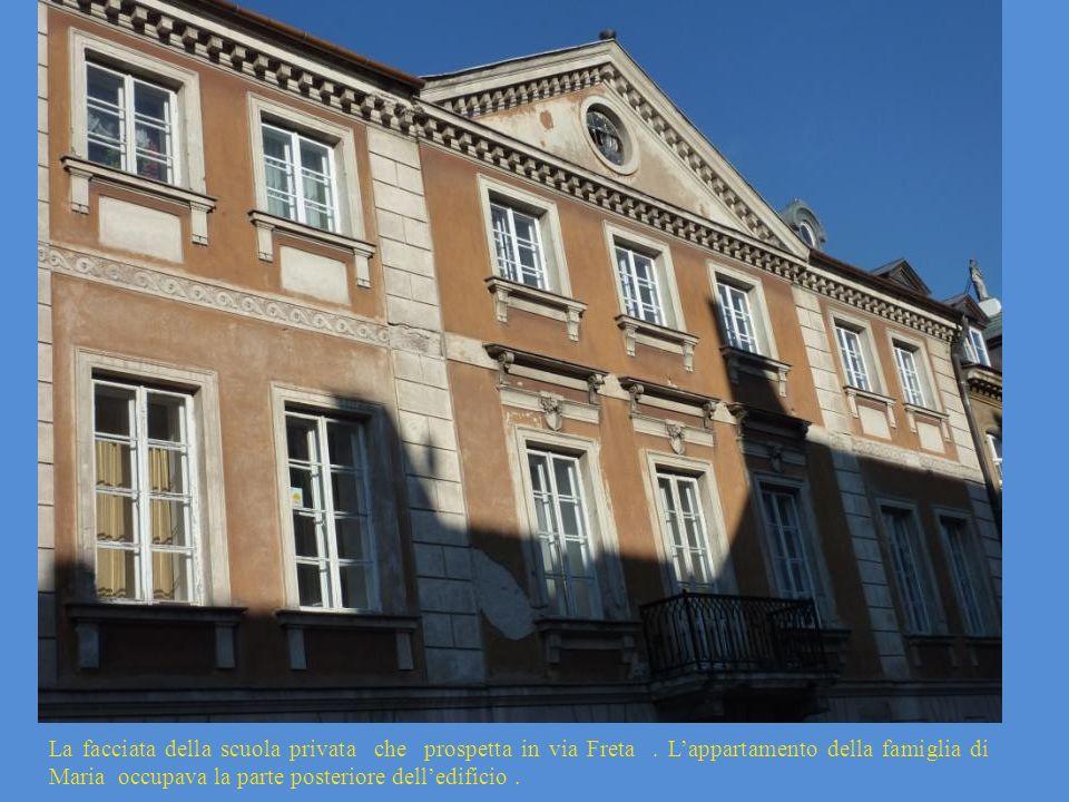 La facciata della scuola privata che prospetta in via Freta. Lappartamento della famiglia di Maria occupava la parte posteriore delledificio.