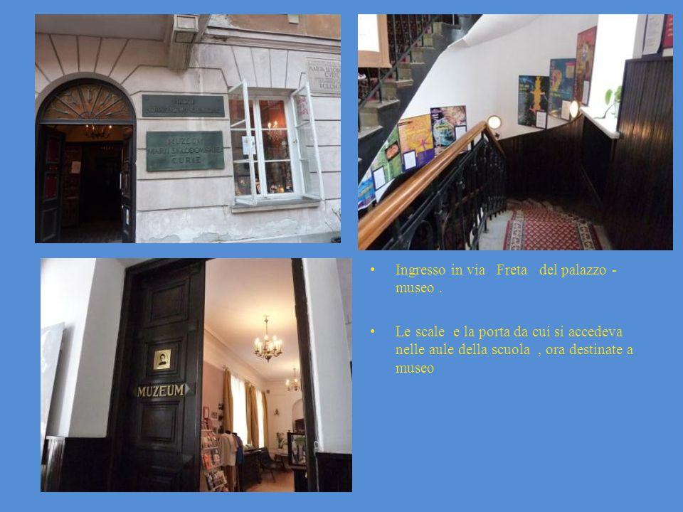 Ingresso in via Freta del palazzo - museo. Le scale e la porta da cui si accedeva nelle aule della scuola, ora destinate a museo