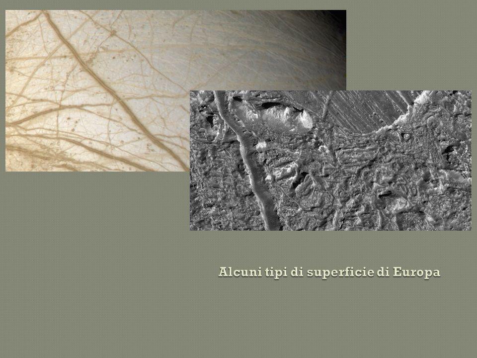 La caratteristica più notevole della superficie di Europa è una serie di striature scure che attraversano, incrociandosi tra di loro, l intero satellite.