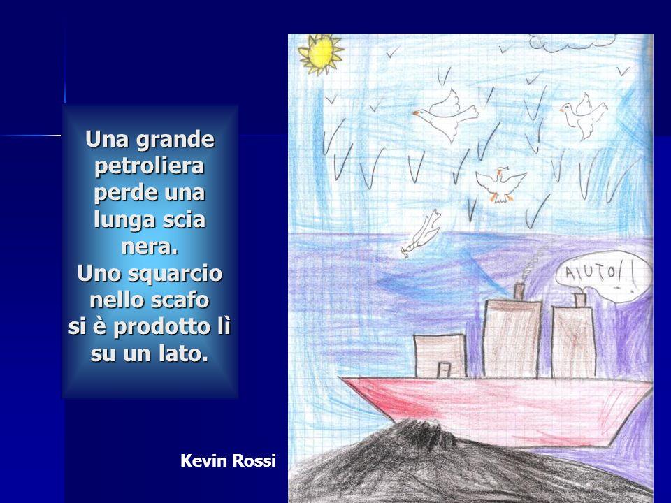 Una grande petroliera perde una lunga scia nera. Uno squarcio nello scafo si è prodotto lì su un lato. Una grande petroliera perde una lunga scia nera