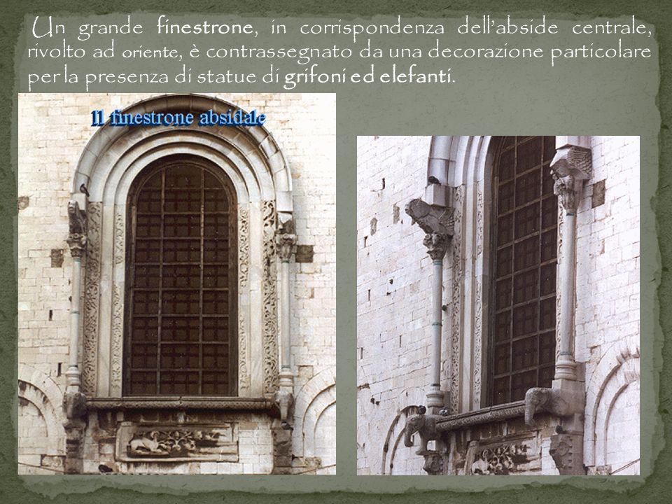 Un grande finestrone, in corrispondenza dellabside centrale, rivolto ad oriente, è contrassegnato da una decorazione particolare per la presenza di statue di grifoni ed elefanti.