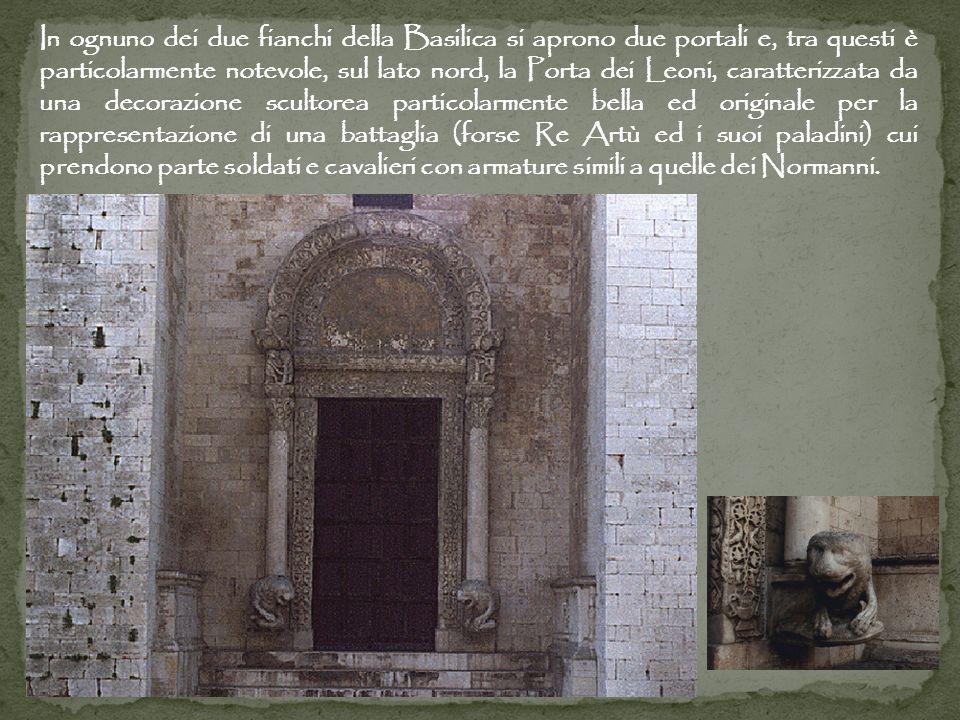 In ognuno dei due fianchi della Basilica si aprono due portali e, tra questi è particolarmente notevole, sul lato nord, la Porta dei Leoni, caratteriz