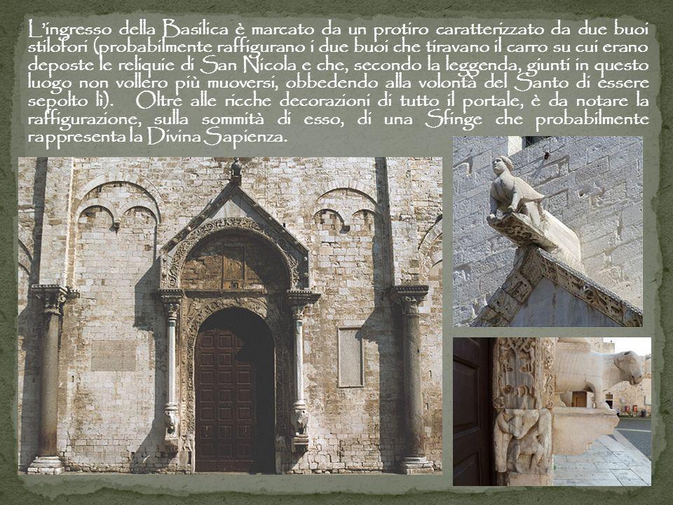 Lingresso della Basilica è marcato da un protiro caratterizzato da due buoi stilofori (probabilmente raffigurano i due buoi che tiravano il carro su c