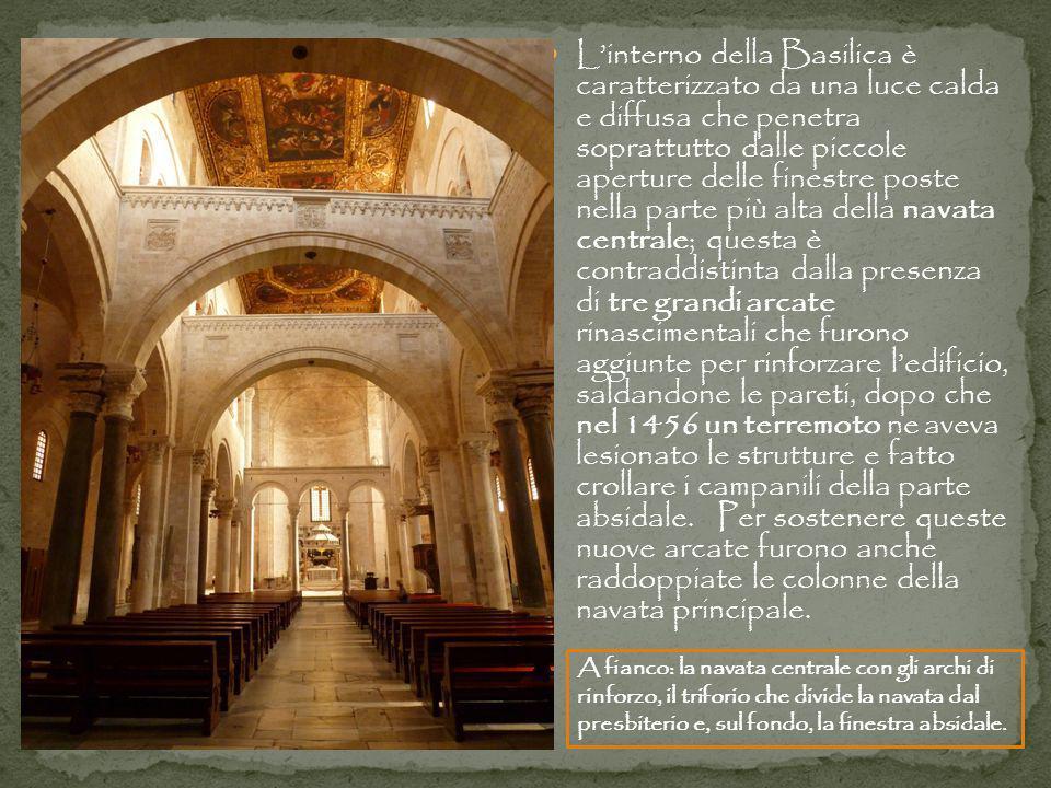 Linterno della Basilica è caratterizzato da una luce calda e diffusa che penetra soprattutto dalle piccole aperture delle finestre poste nella parte p