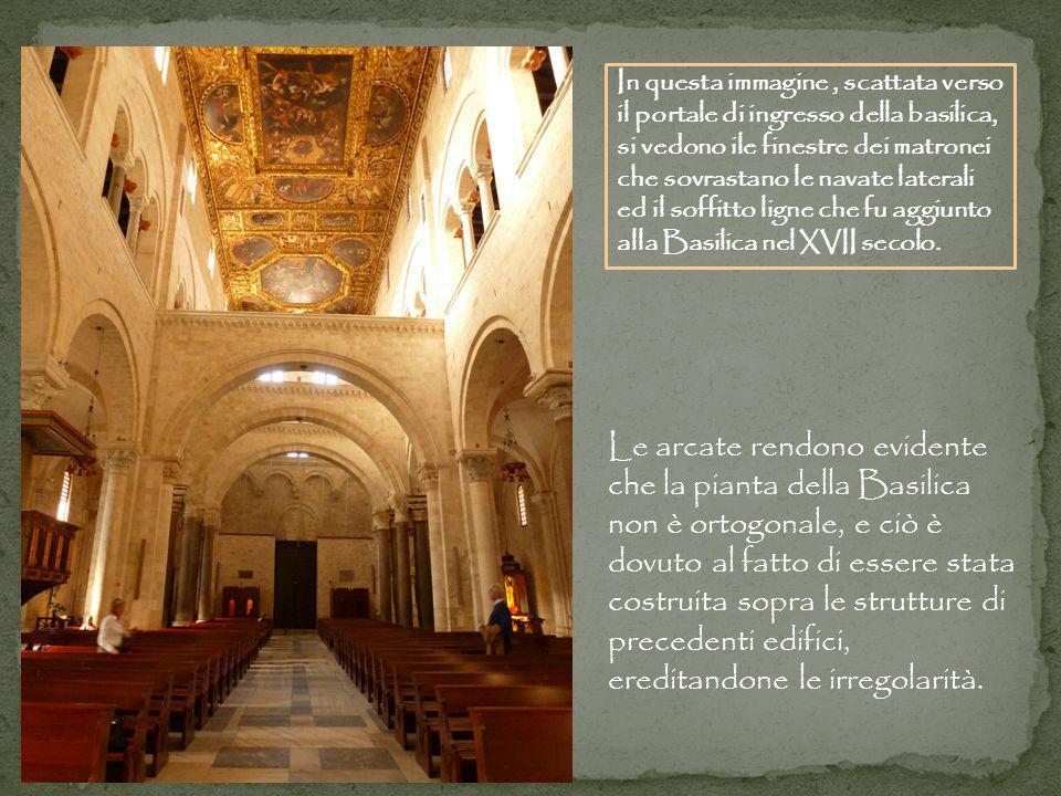 Le arcate rendono evidente che la pianta della Basilica non è ortogonale, e ciò è dovuto al fatto di essere stata costruita sopra le strutture di prec