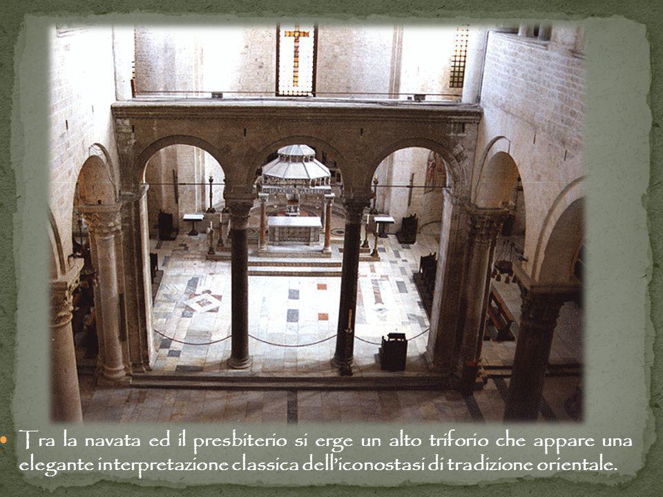 Tra la navata ed il presbiterio si erge un alto triforio che appare una elegante interpretazione classica delliconostasi di tradizione orientale.