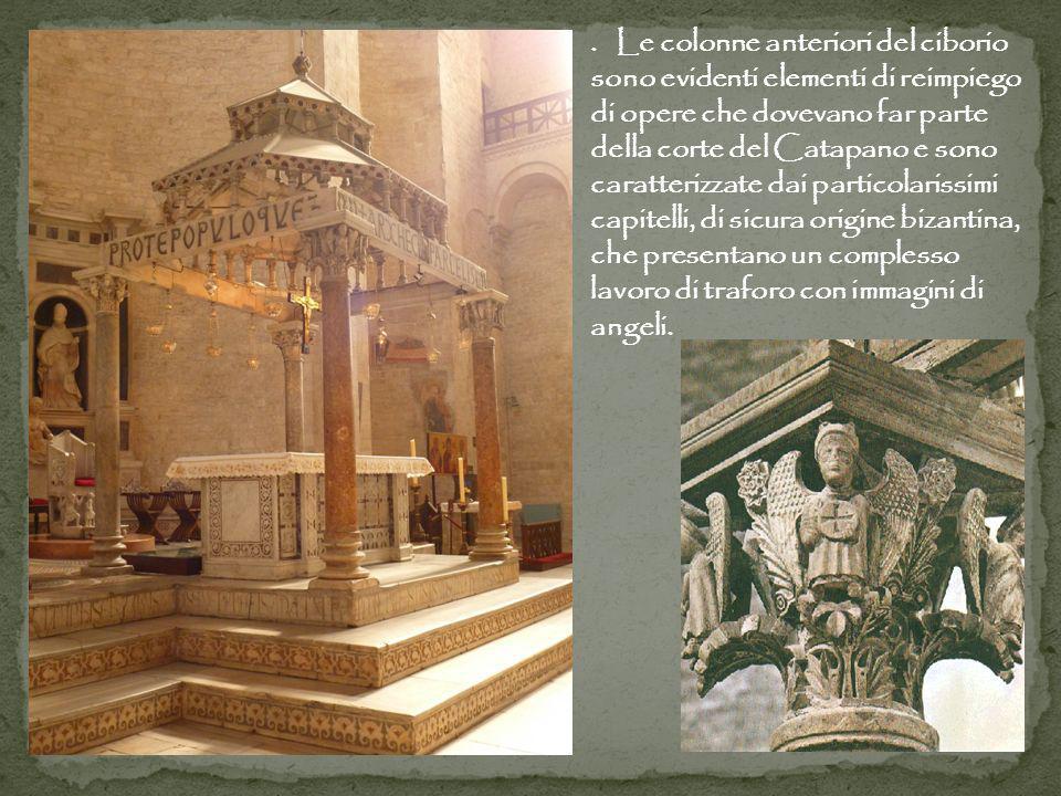 . Le colonne anteriori del ciborio sono evidenti elementi di reimpiego di opere che dovevano far parte della corte del Catapano e sono caratterizzate