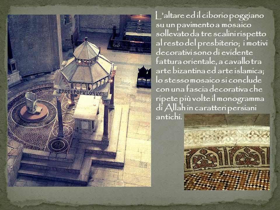 Laltare ed il ciborio poggiano su un pavimento a mosaico sollevato da tre scalini rispetto al resto del presbiterio; i motivi decorativi sono di evidente fattura orientale, a cavallo tra arte bizantina ed arte islamica; lo stesso mosaico si conclude con una fascia decorativa che ripete più volte il monogramma di Allah in caratteri persiani antichi.