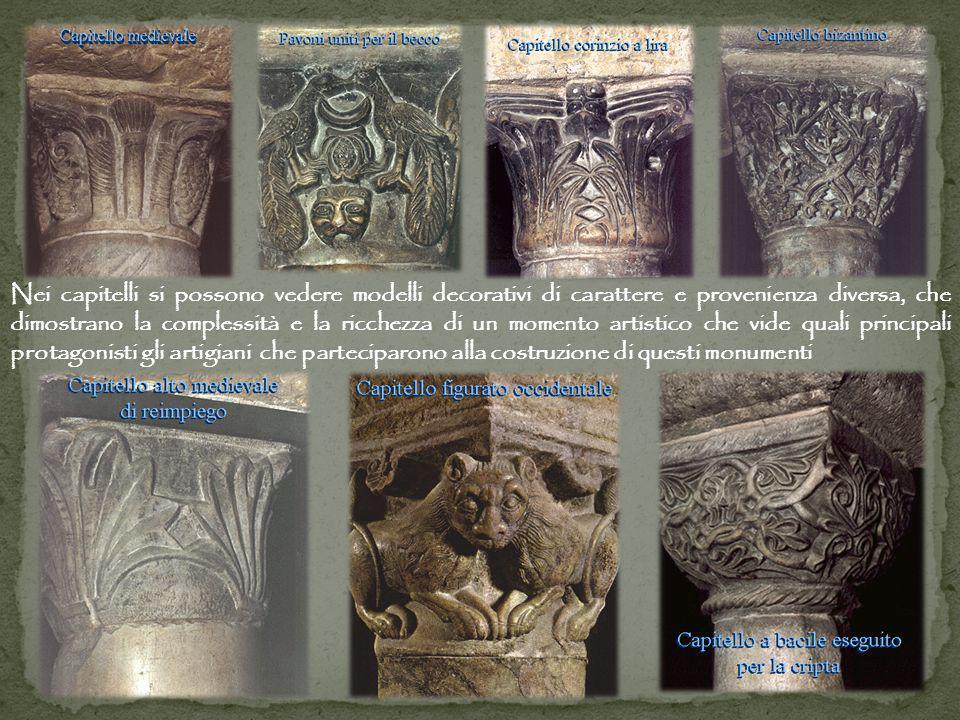 Nei capitelli si possono vedere modelli decorativi di carattere e provenienza diversa, che dimostrano la complessità e la ricchezza di un momento arti