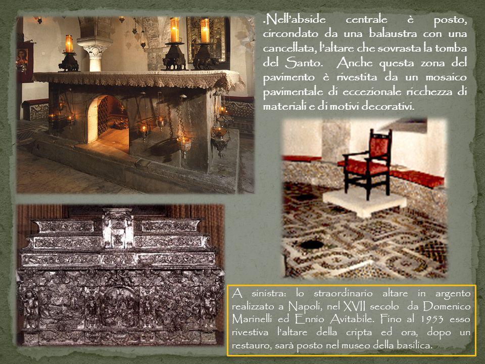 . Nellabside centrale è posto, circondato da una balaustra con una cancellata, laltare che sovrasta la tomba del Santo. Anche questa zona del paviment