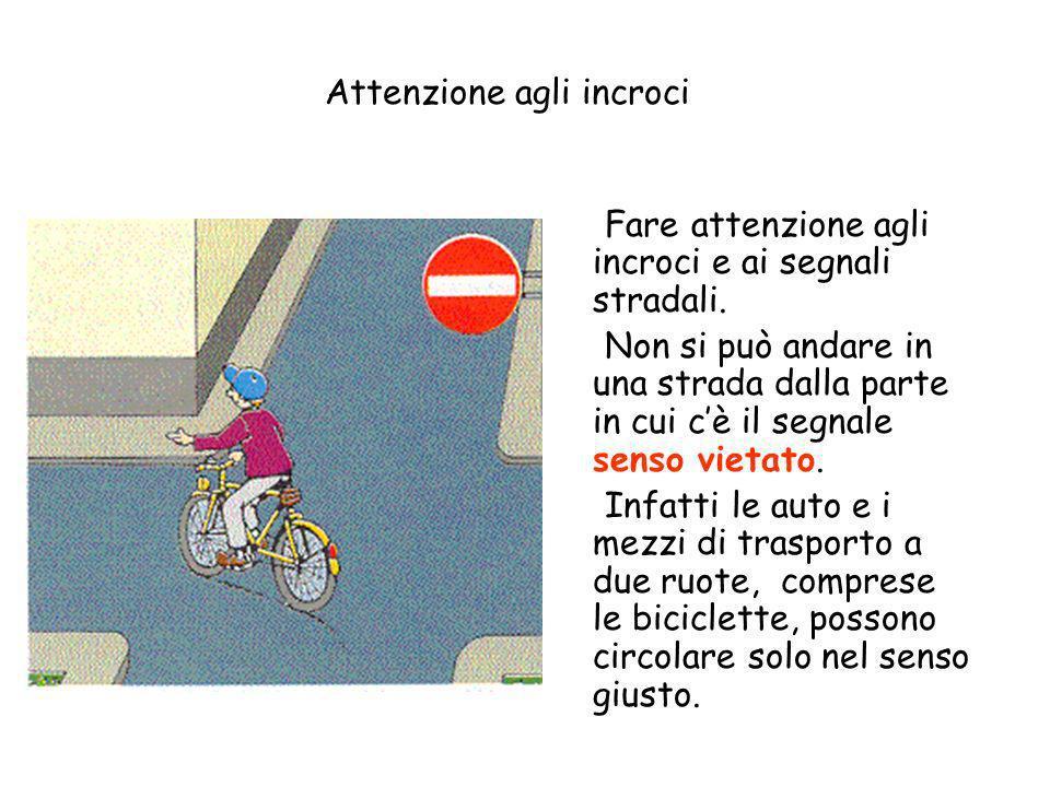 Allincrocio della strada si mette la freccia per avvisare chi viene dietro che si gira. Se invece si va dritti non si mette la freccia. I ciclisti, pe