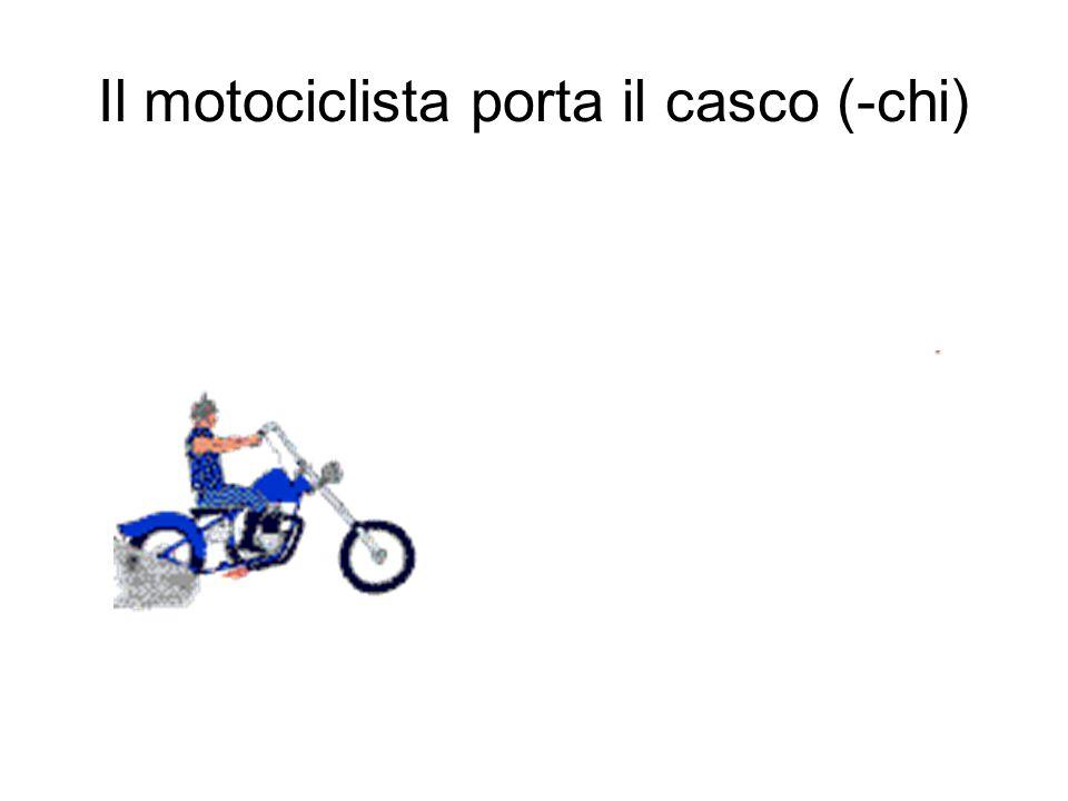 Il motociclista porta il casco (-chi)