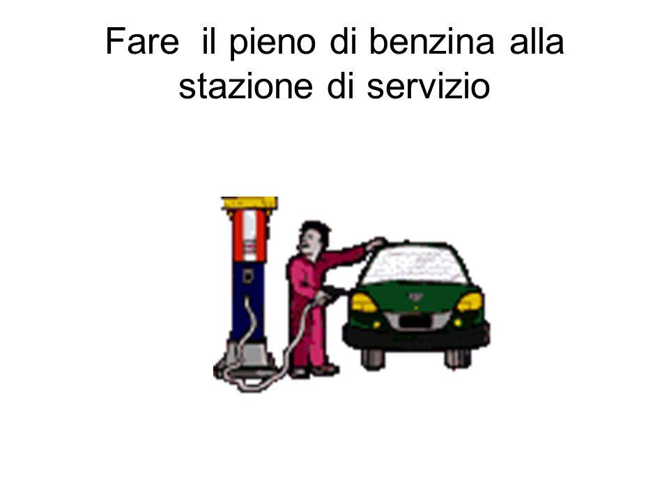 Fare il pieno di benzina alla stazione di servizio