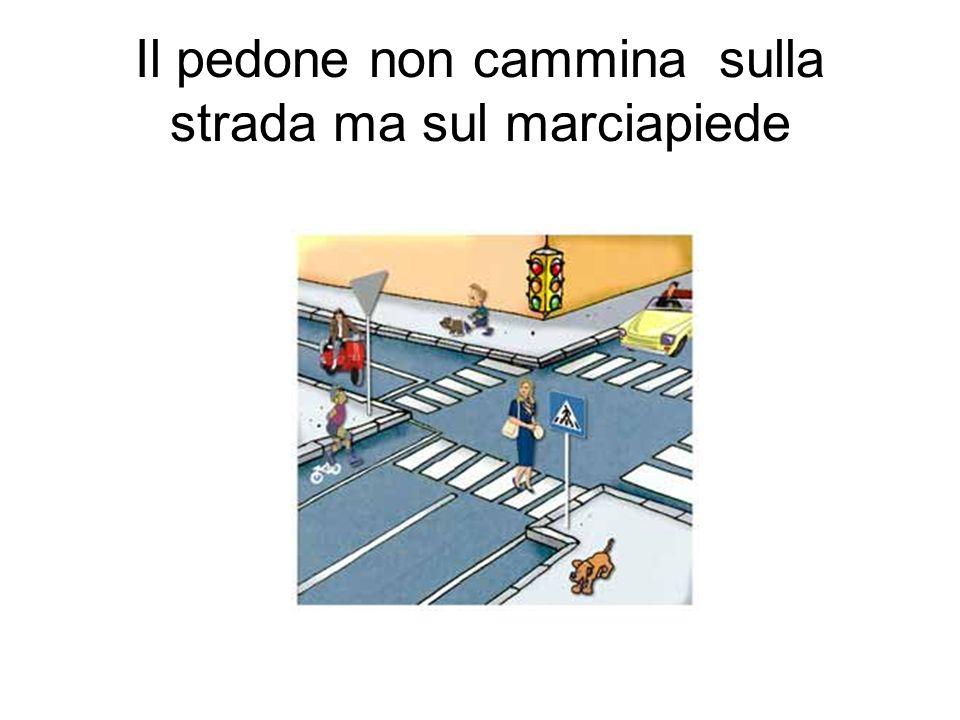 Il pedone non cammina sulla strada ma sul marciapiede