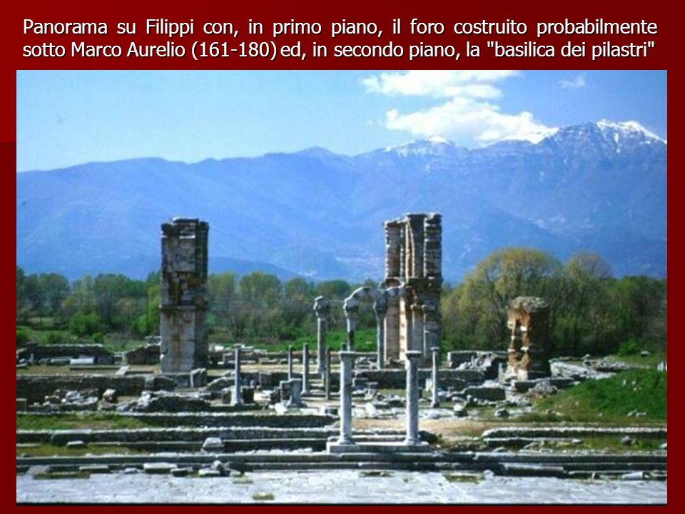 Panorama su Filippi con, in primo piano, il foro costruito probabilmente sotto Marco Aurelio (161-180) ed, in secondo piano, la basilica dei pilastri