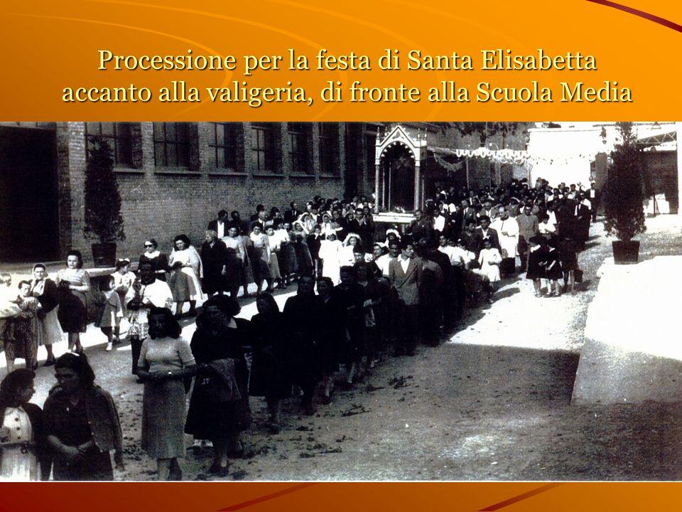 Processione per la festa di Santa Elisabetta accanto alla valigeria, di fronte alla Scuola Media