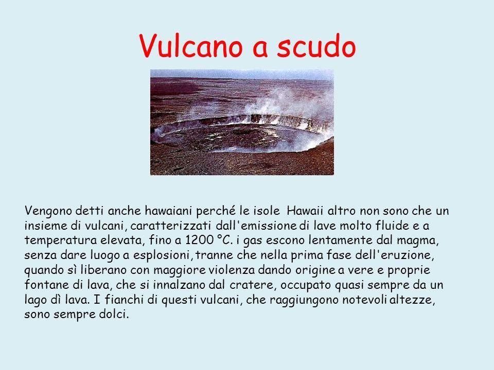 Gli stratovulcani Alternano periodi in cui l attività è caratterizzata dall emissione di lava a periodi in cui vengono emesse soprattutto ceneri, lapilli e bombe vulcaniche.
