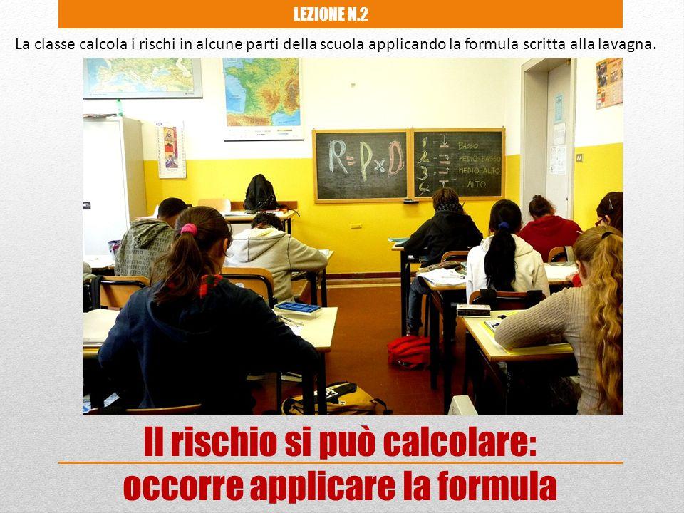 La classe calcola i rischi in alcune parti della scuola applicando la formula scritta alla lavagna. Il rischio si può calcolare: occorre applicare la