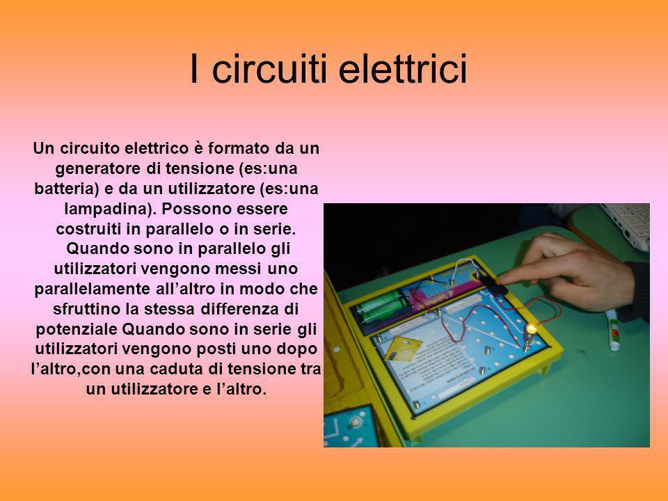 I circuiti elettrici Un circuito elettrico è formato da un generatore di tensione (es:una batteria) e da un utilizzatore (es:una lampadina). Possono e