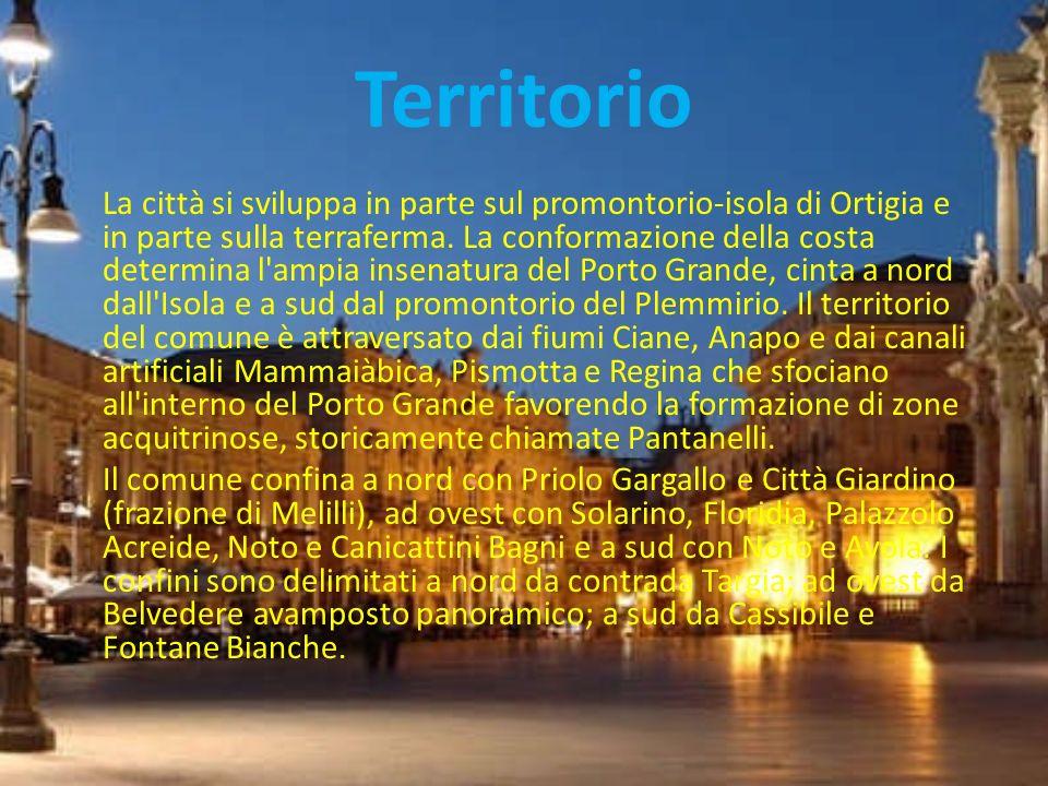 Territorio La città si sviluppa in parte sul promontorio-isola di Ortigia e in parte sulla terraferma. La conformazione della costa determina l'ampia