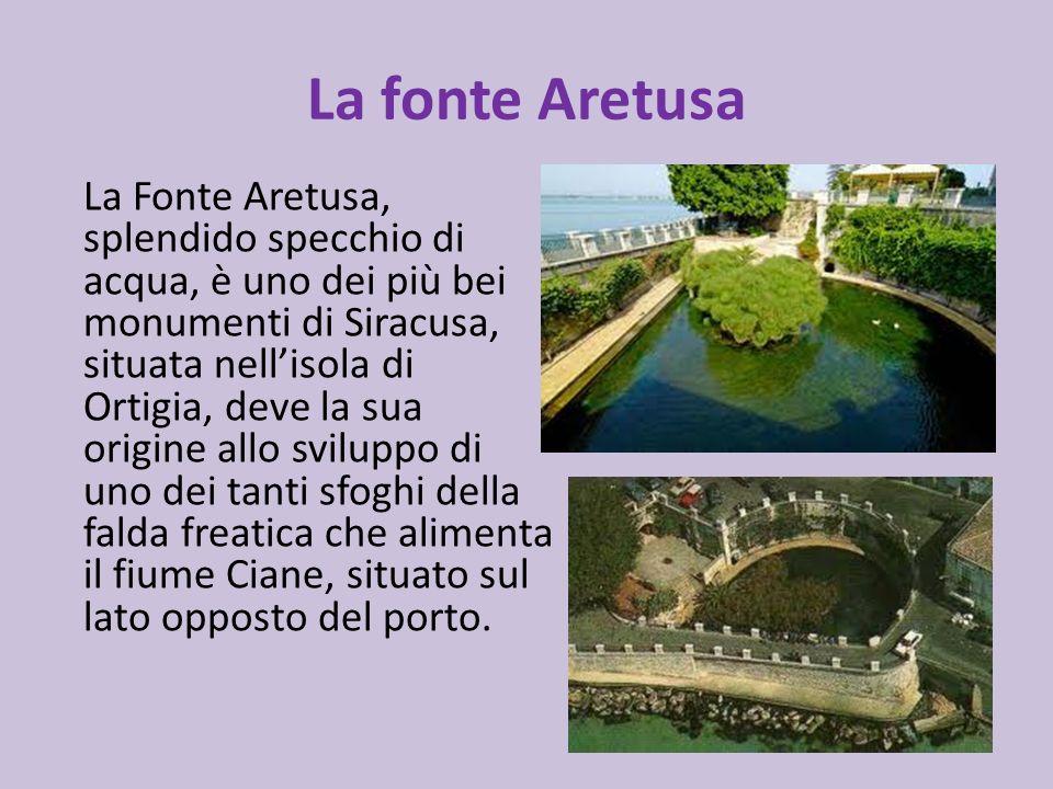 La fonte Aretusa La Fonte Aretusa, splendido specchio di acqua, è uno dei più bei monumenti di Siracusa, situata nellisola di Ortigia, deve la sua ori