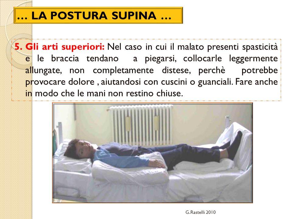 5.Gli arti superiori: Nel caso in cui il malato presenti spasticità e le braccia tendano a piegarsi, collocarle leggermente allungate, non completamen