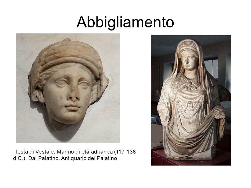 Abbigliamento Testa di Vestale. Marmo di età adrianea (117-138 d.C.). Dal Palatino. Antiquario del Palatino