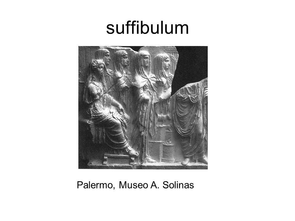 Banchetto delle Vestali con figura maschile (Pontifex Maximus?) da Via del Corso; forse frammento dellaltare interno dellAra Pacis Roma: Museo Nazionale Romano, Centrale Montemartini