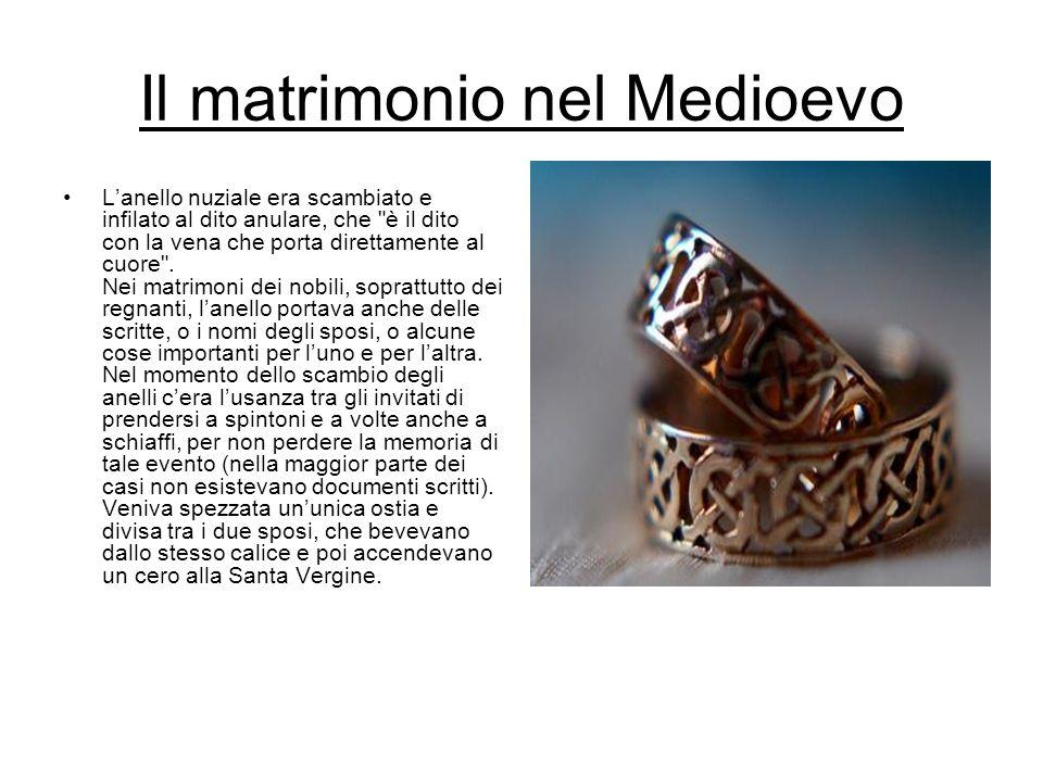 Il matrimonio nel Medioevo Lanello nuziale era scambiato e infilato al dito anulare, che