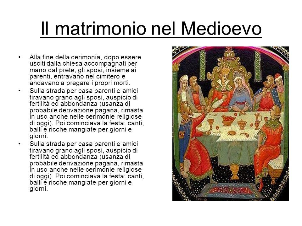 Il matrimonio nel Medioevo Alla fine della cerimonia, dopo essere usciti dalla chiesa accompagnati per mano dal prete, gli sposi, insieme ai parenti,