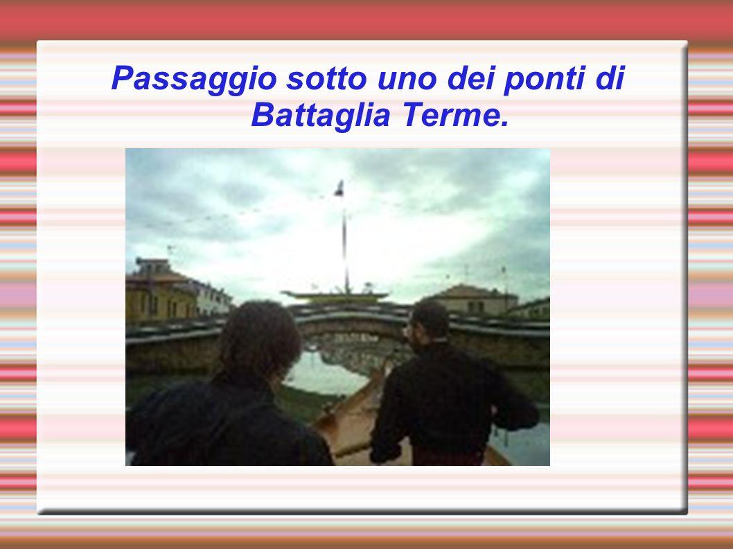 Passaggio sotto uno dei ponti di Battaglia Terme.