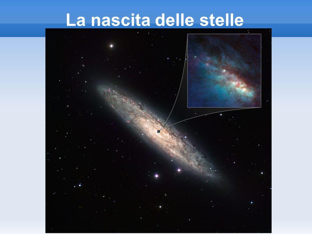 Stelle di massa tra 0,08 e 0,8 M Le stelle con masse comprese tra 0,08 e 0,8 masse solari, le nane rosse, si riscaldano mano a mano che l idrogeno viene consumato al loro interno, accelerando la velocità delle reazioni nucleari e divenendo per breve tempo delle stelle azzurre; quando tutto l idrogeno è stato convertito in elio, esse si contraggono gradualmente, diminuendo di luminosità ed evolvendo in nane bianche costituite prevalentemente da elio.