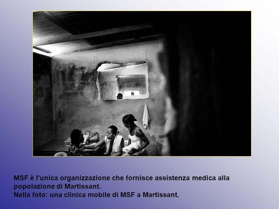 MSF è l'unica organizzazione che fornisce assistenza medica alla popolazione di Martissant. Nella foto: una clinica mobile di MSF a Martissant.