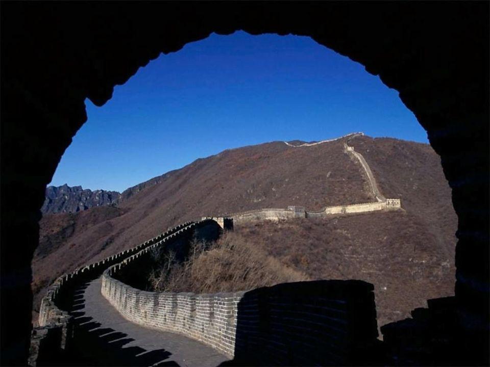 Le immagini seguenti mostrano la maestosità della Muraglia, simbolo anche della potenza della Cina Imperiale….