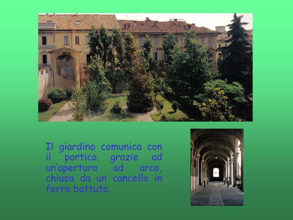 Il giardino comunica con il portico grazie ad unapertura ad arco, chiusa da un cancello in ferro battuto.