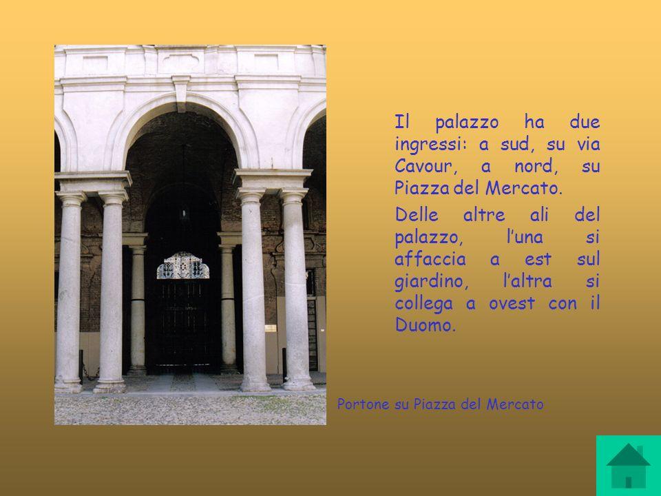 Portone su Piazza del Mercato Il palazzo ha due ingressi: a sud, su via Cavour, a nord, su Piazza del Mercato. Delle altre ali del palazzo, luna si af