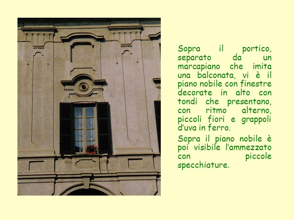 Sopra il portico, separato da un marcapiano che imita una balconata, vi è il piano nobile con finestre decorate in alto con tondi che presentano, con