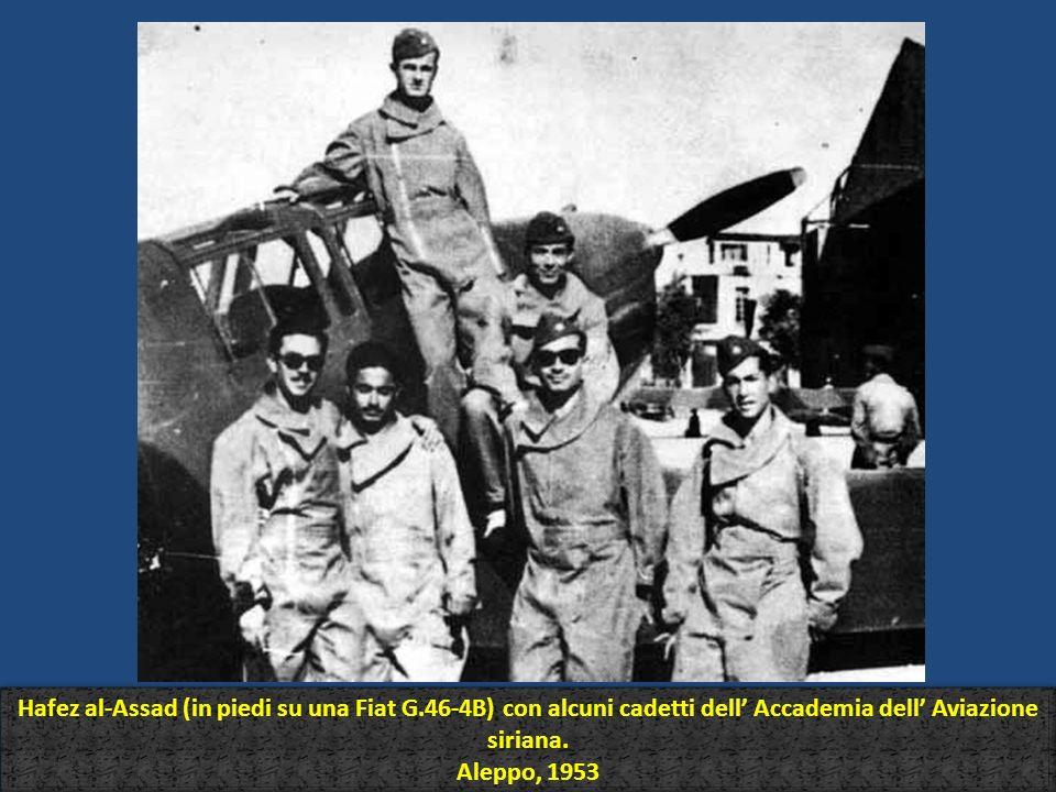 Hafez al-Assad (in piedi su una Fiat G.46-4B) con alcuni cadetti dell Accademia dell Aviazione siriana. Aleppo, 1953 Hafez al-Assad (in piedi su una F