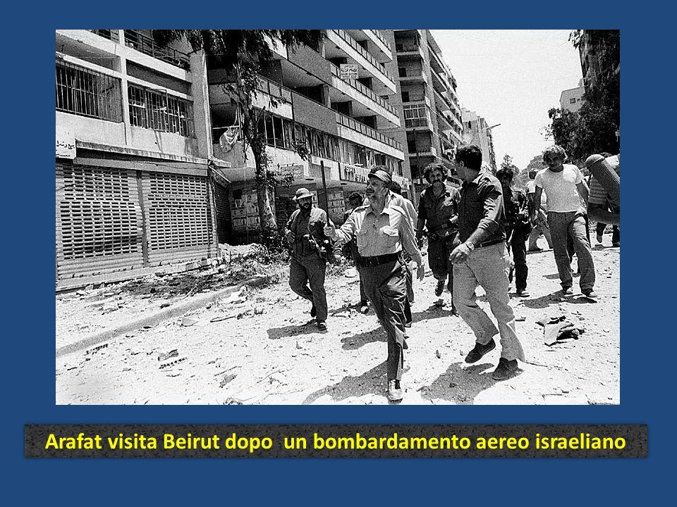 Arafat visita Beirut dopo un bombardamento aereo israeliano