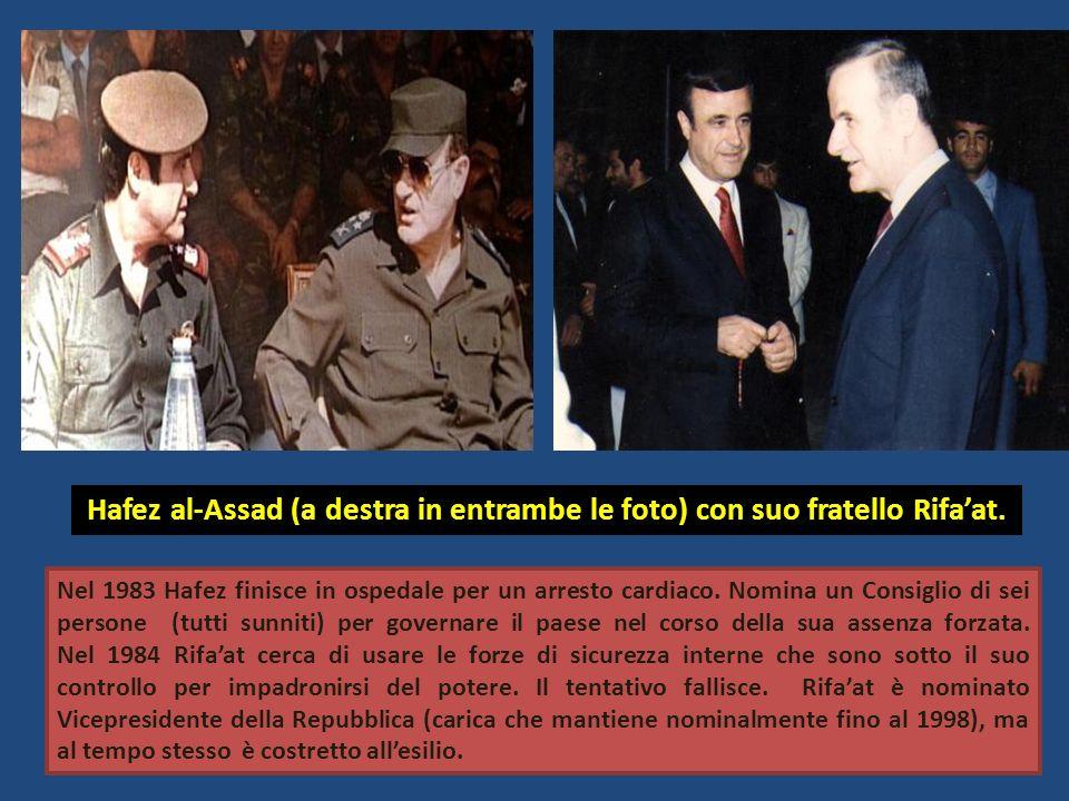 Hafez al-Assad (a destra in entrambe le foto) con suo fratello Rifaat. Nel 1983 Hafez finisce in ospedale per un arresto cardiaco. Nomina un Consiglio