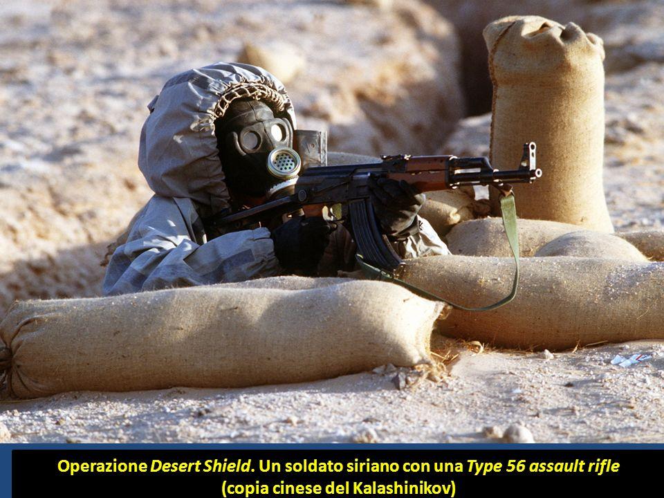 Operazione Desert Shield. Un soldato siriano con una Type 56 assault rifle (copia cinese del Kalashinikov)