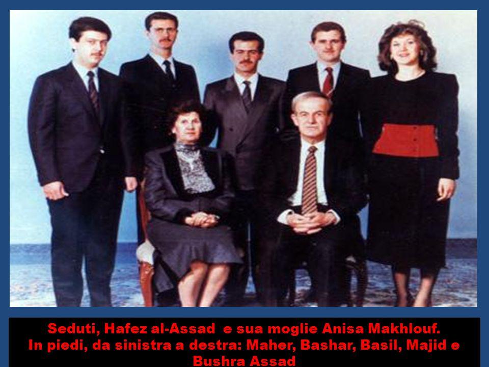 Seduti, Hafez al-Assad e sua moglie Anisa Makhlouf. In piedi, da sinistra a destra: Maher, Bashar, Basil, Majid e Bushra Assad