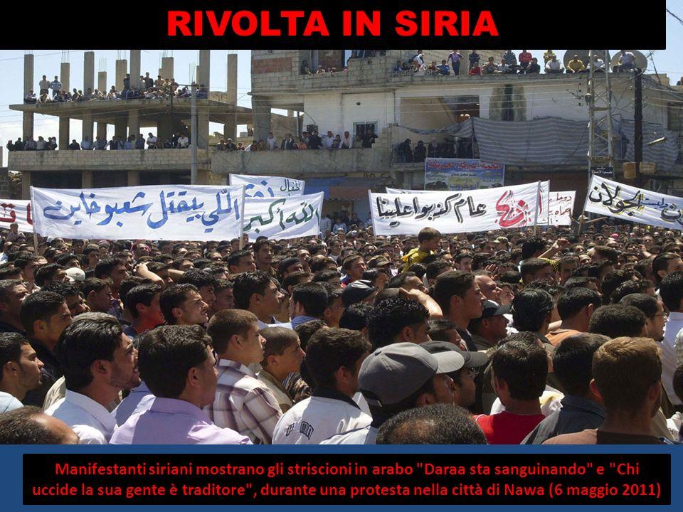 Manifestanti siriani mostrano gli striscioni in arabo